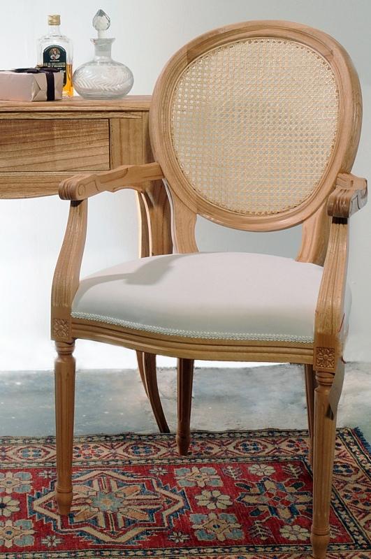 כסא עץ עם ידיות משענת קש
