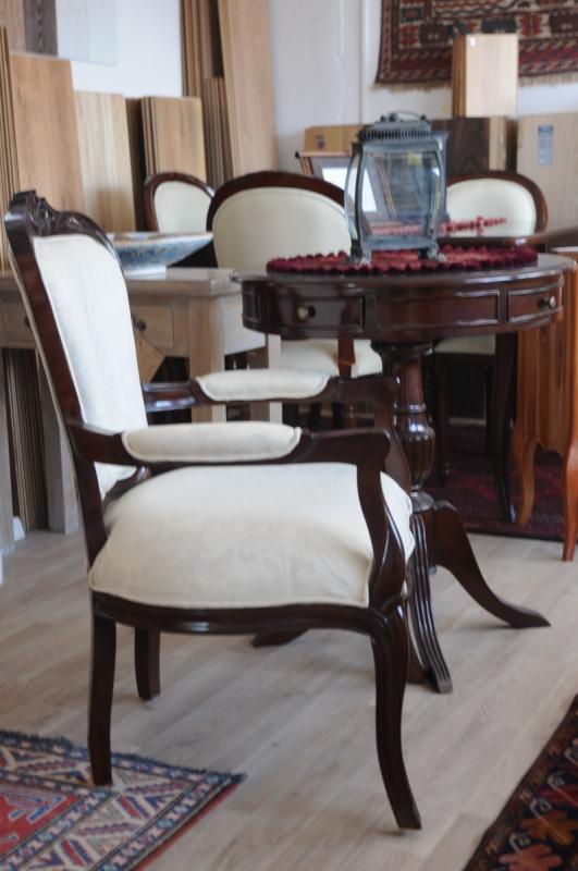 כסאות בסגנון עתיק