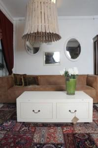 שולחן סלון לבן עם אחסון