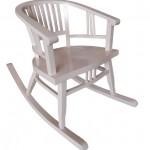 כסא נדנדה מעוצב בצבע קרם עתיק