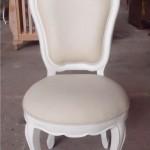 כסא אוכל לבן עם ריפוד דמוי עור