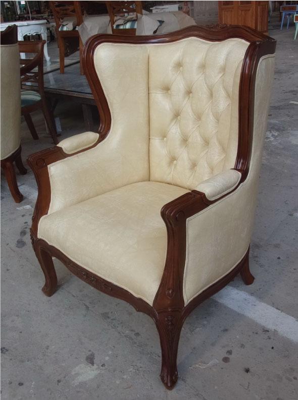 כורסא מעץ עם ריפוד לבן דמוי עור