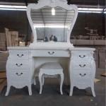 שולחן טואלט לבן בסגנון עתיק