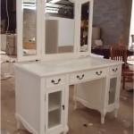 שולחן טואלט לבן עם מראה