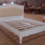 מיטה מעץ עם גב קפיטונז'