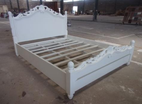 מיטה מעץ מהגוני עם גילופי עץ