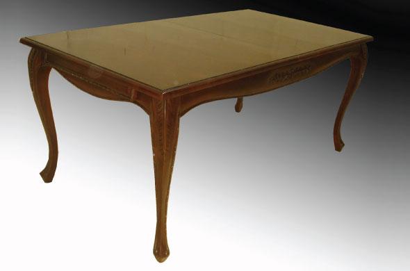 שולחן אוכל מעץ בעיצוב קלאסי