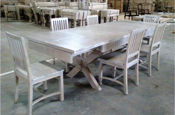 שולחן אוכל מעץ בסגנון כפרי