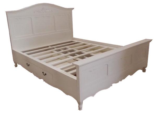 מיטת עץ לבנה בסגנון כפרי עם מגירות