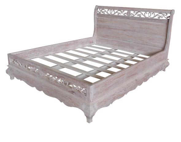 מיטה מעץ עם גילופים עדינים