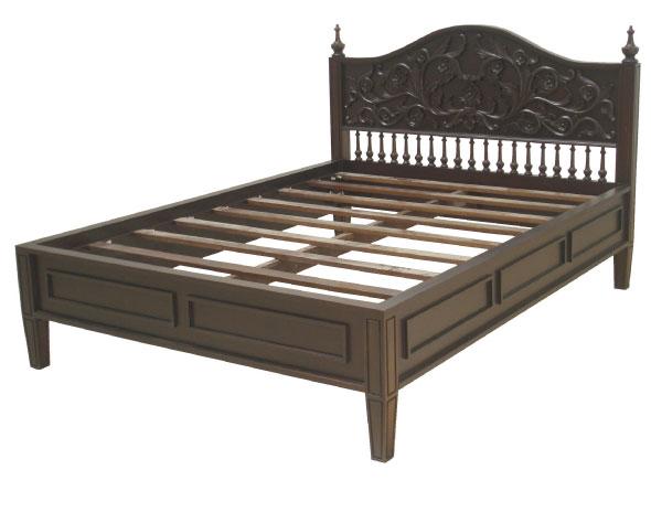 מיטה מעץ מהגוני מעוטרת גילופים