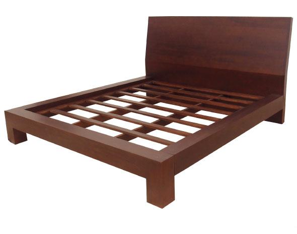 מיטה מעץ מעוצבת בקווים נקיים