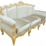 ספה לבנה מעוטרת בעלי זהב
