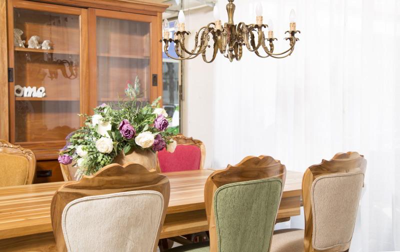שולחן אוכל מלבני עם כסאות מרופדים