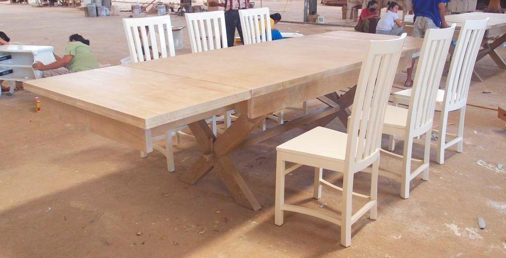 שולחן עץ גדול נפתח