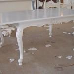 שולחן אוכל לבן בסגנון קלאסי