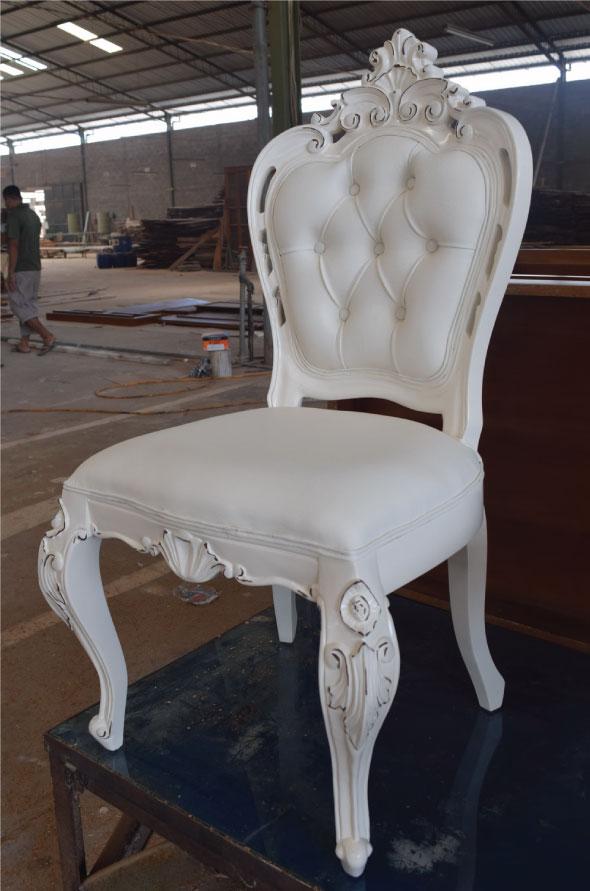 כיסא עץ לבן מרופד עם גב קפיטונז'