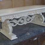 שולחן סלון לבן עם גילופים