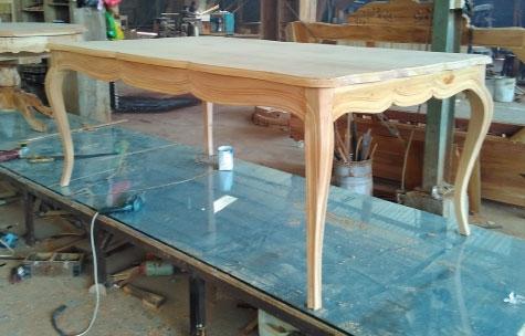 שולחן אוכל אנגלי מעץ מעוטר פס שחור