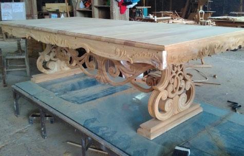 שולחן אוכל מעץ מלא עם גילופים