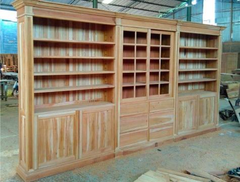ספרייה ענקית מעץ מהגוני