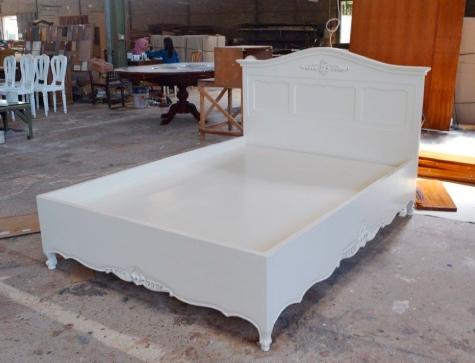מיטה בסגנון פרובנס מעוטרת גילופים