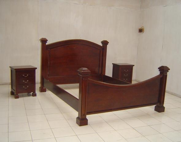 מיטה מעץ מהגוני עם גב גבוה