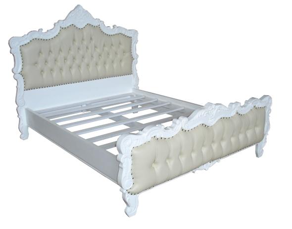 מיטה מעץ מהגוני עם פיתוחי עץ