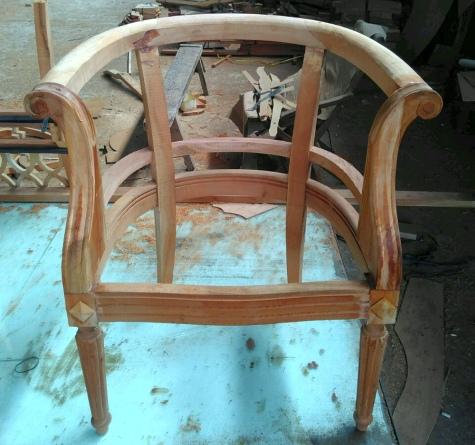 כורסא עם גילופי עץ עדינים