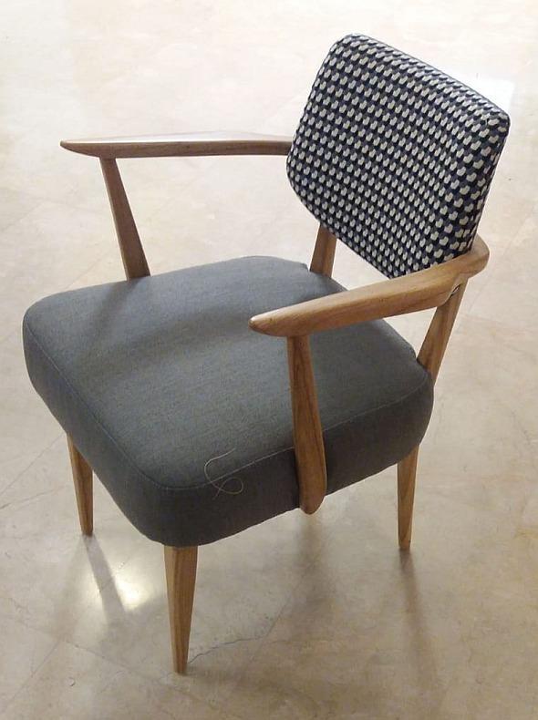 כיסא מרופד עם ידיות עץ