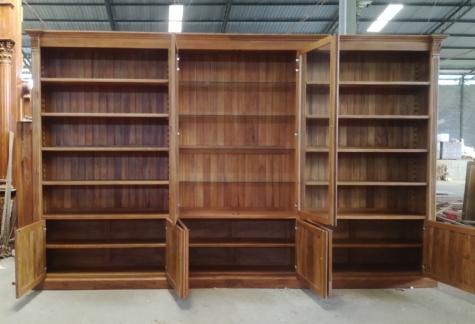 ספרית עץ ענקית